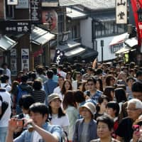 Crowded house: People walk along Matsubara-dori street on the approach to Kiyomizu Temple in Kyoto, a popular tourist spot. | BLOOMBERG