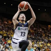 Tochigi's Hironori Watanabe goes up for a shot in first-quarter action against Kyoto on Saturday. | KYODO