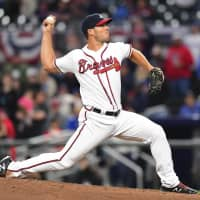 Lotte announced the signing of former Braves pitcher Josh Ravin, seen throwing against the Phillies in March 2018 in Atlanta, on Monday. | GETTY / VIA KYODO