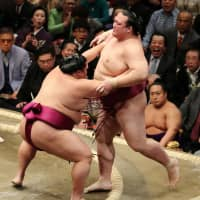 Kisenosato goes down on first day