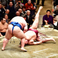 Kisenosato's woes continue on Day 2