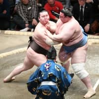 Hakuho maintains edge with 26th straight victory