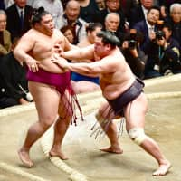 Myogiryu forces out Mitakeumi in a battle of komusubi on Friday.   NIKKAN SPORTS