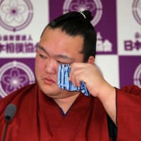Yokozuna Kisenosato wipes away tears while announcing his retirement from sumo on Wednesday at  Ryogoku Kokugikan in Tokyo's Sumida Ward. The 32-year-old's two-year reign in the top rank was plagued by injuries and concluded with eight straight losses in the ring. | NIKKAN SPORTS