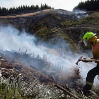 New Zealand Defence Force firefighters combat the Richmond fire near Nelson, South Island, on Friday. | NEW ZEALAND DEFENCE FORCE/VIA REUTERS