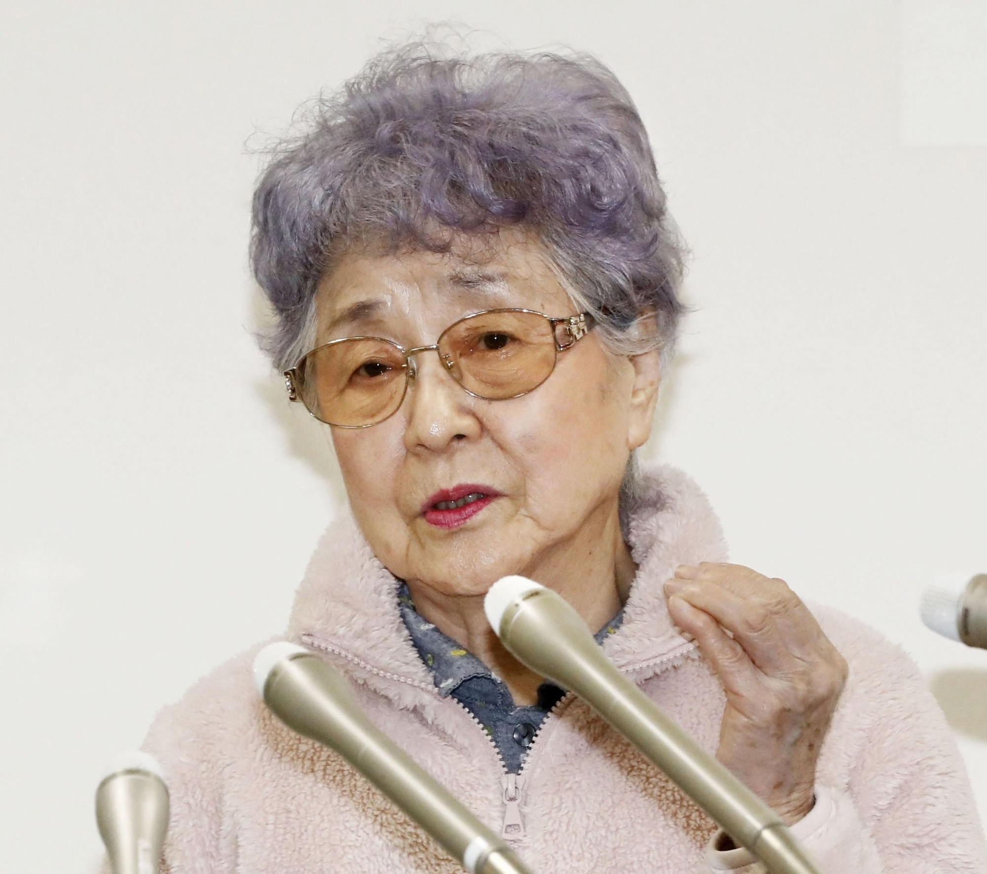Sakie Yokota, the 83-year-old mother of Yokota Megumi, who was kidnapped by North Korean agents in 1977, speaks to reporters Thursday in Kawasaki after the meeting between North Korean leader Kim Jong Un and U.S. President Donald Trump ended with no tangible achievements earlier in the day. | KYODO