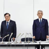 Leopalace21 Corp. CEO Eisei Miyama (center) and other executives attend a news conference Thursday in Tokyo to apologize for defects found in 1,324 of its apartments. | KYODO