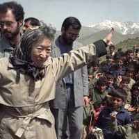 Sadako Ogata visits a Kurdish refugee camp on Iran's border with Iraq as the U.N. High Commissioner for Refugees in April 1991. | KYODO