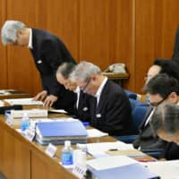 Senior officials of the Hiroshima Prefectural Police apologize at the prefectural assembly in May 2017 for the theft of about ¥85 million from a safe at a police station in Hiroshima earlier that month. | KYODO