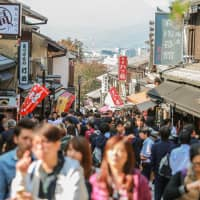 The estimated number of monthly foreign visitors to Japan rose in January compared to the number seen a year earlier. | GETTY IMAGES