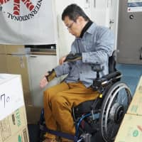 A man tries to steer his wheelchair between narrowly placed cardboard boxes during an experiment last month. A support group for people with specials needs is calling on the Tokyo 2020 organizers to implement more barrier-free measures for wheelchair users.   JAPAN NATIONAL ASSEMBLY OF DISABLED PEOPLES' INTERNATIONAL / VIA KYODO