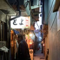 Locals know best: Kazuaki Fujiwara, an Osaka local, guides the author through Jigokudani. | TSUYOSHI TAGAWA
