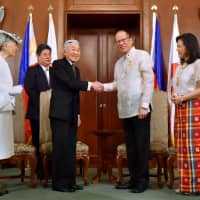 Emperor Akihito and former Philippine President Benigno Aquino shake hands at Malacanang Palace in Manila on Jan. 27, 2016. It was his second visit to the Philippines after his first trip in 1962. | KYODO