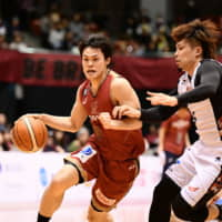 Kawasaki's Yuma Fujii drives to the basket in the fourth quarter against San-en on Sunday in Hiratsuka, Kanagawa Prefecture. The Brave Thunders downed the NeoPhoenix 84-75. | B. LEAGUE
