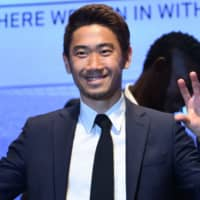 New Besiktas signing Shinji Kagawa makes the 'eagle claw' sign during a Tuesday news conference at Vodafone Park in Istanbul. | AFP-JIJI