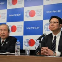 Akira Shimazu (left), the CEO of the 2019 Rugby World Cup organizing committee, and Yoshihiko Sakuraba, the tournament ambassador and a former three-time World Cup player, address the media in a briefing at the Foreign Press Center Japan on Thursday. | KAZ NAGATSUKA