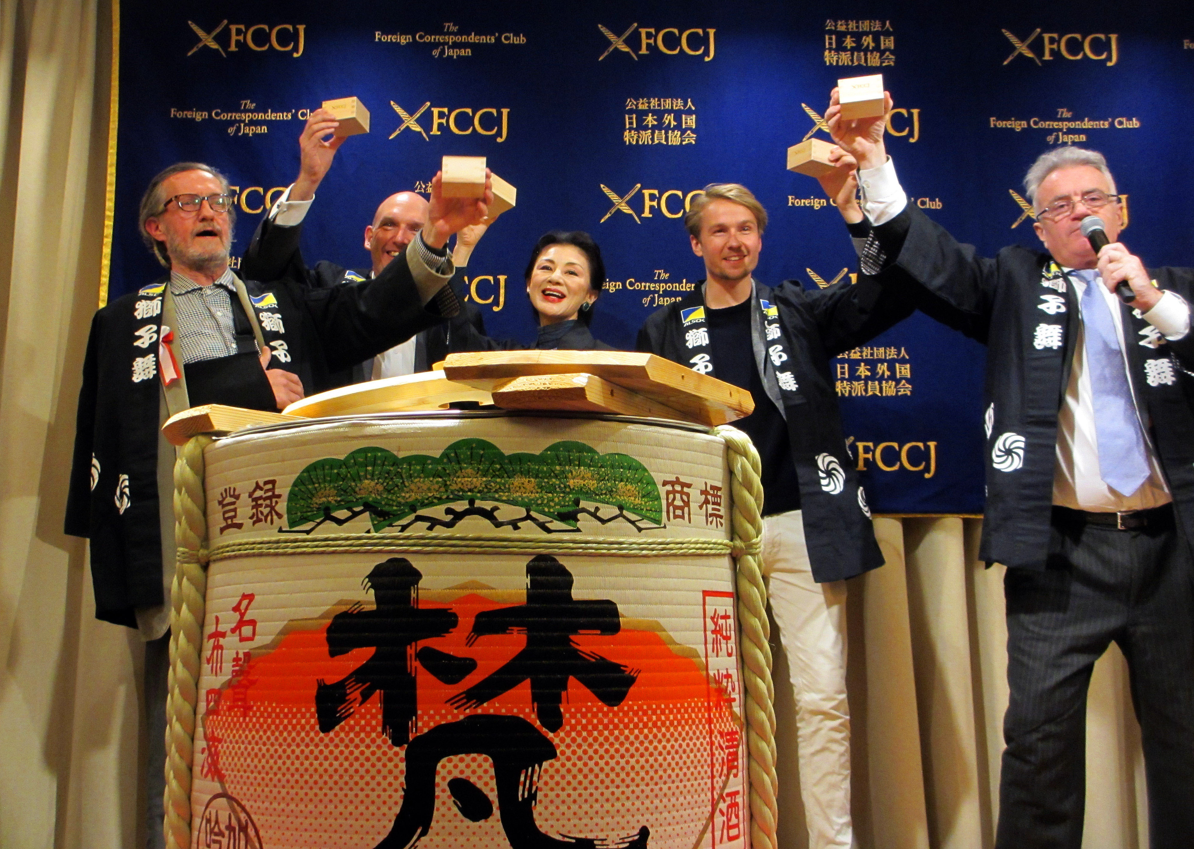 "Peter Langan (far left), president of The Foreign Correspondents' Club of Japan (FCCJ), leads a toast at a kagamiwari (breaking open a sake barrel) ceremony with (from left) FCCJ General Manager Marcus Fishenden; Upper House lawmaker Mitsuko Ishii; journalist Bobbie van der List; and FCCJ Director Daniel Sloan at the FCCJ's ""Hacks & Flacks'' new year party at the Marunouchi Nijubashi Building on Jan. 25. 