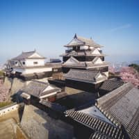 <I>Onsen</I> and castle grounds steeped in history
