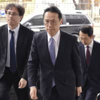 Kenji Kanasugi (center), director general of the Asian and Oceanian Affairs Bureau of the Japanese Foreign Ministry, enters Seoul's Foreign Ministry to hold talks on Thursday. | KYODO