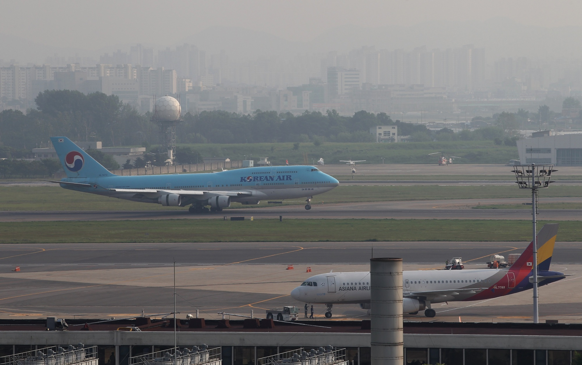 A labor union representing Korean Air Lines Co. workers is urging a senior Japanese bureaucrat accused of assaulting an airport worker at Gimpo International Airport in Seoul to directly apologize and offer compensation. The worker in question is a member of the union. | BLOOMBERG