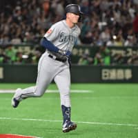 Seattle's Ryon Healy rounds the bases after hitting a two-run homer in the second inning against Oakland on Thursday at Tokyo Dome.   AFP-JIJI