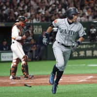 Mariners top Giants as crowd goes wild for Ichiro's return to Japan
