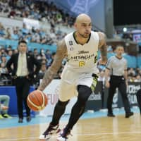 Shibuya's Robert Sacre drives to the basket in the third quarter against Kyoto on Sunday at Hannaryz Arena. The Sunrockers triumphed 105-103 in overtime. | B. LEAGUE