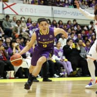 Shibuya's Leo Vendrame dribbles the ball in first-quarter action on Friday. | B. LEAGUE
