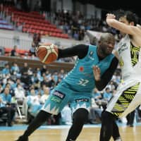Kyoto's Julian Mavunga dribbles the ball in Sunday's game against Shibuya. | B. LEAGUE
