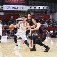Naoki Uto, seen driving on the Alvark Tokyo last weekend, has helped the Toyama Grouses develop one of the B. League's top-scoring offenses. | B. LEAGUE