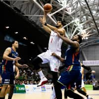 Chiba's Josh Duncan looks to score inside during the first quarter on Sunday against host Yokohama. Duncan finished with 20 points and 10 rebounds in the Jets' 87-76 win over the B-Corsairs. | B. LEAGUE