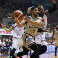 Golden Kings guard Narito Namizato drives to the basket in the second quarter as Rizing Zephyr forward Marqus Blakely defends on Sunday in Ginowan, Okinawa Prefecture. The hosts defeated Fukuoka 61-59. | B. LEAGUE