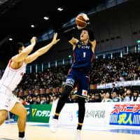B-Corsairs guard Takuya Kawamura shoots an outside jumper in the second quarter on Sunday at Yokohama International Swimming Pool. | B. LEAGUE