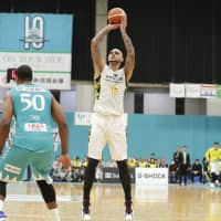 Sunrockers center Robert Sacre drops 44 on Hannaryz in series-opening triumph