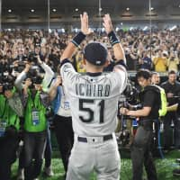 Ichiro salutes fans after coming back on the field after the final game of his career on Thursday at Tokyo Dome. | KYODO