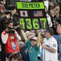 Amy Franz holds up her Ichimeter sign after the legend's final career hit in 2018. | KYODO
