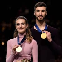 Ice dance winners Gabriella Papadakis and Guillaume Cizeron of France pose with their medals during the victory ceremony on Saturday night. | AFP-JIJI