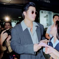 Kazuyoshi Miura greets fans at Narita airport after returning from Italy for an international friendly in September 1994. | KYODO