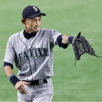 Mariners outfielder Ichiro Suzuki, seen in the field in the fourth inning on Thursday, won 10 Gold Gloves in the majors. | KYODO