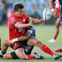 The Sunwolves' Atsushi Sakate offloads the ball against the Blues in Super Rugby action on Saturday in Albany, New Zealand. | AFP-JIJI