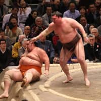 Hakuho keeps perfect record