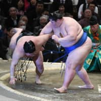 Four one-loss wrestlers pursue perfect Hakuho