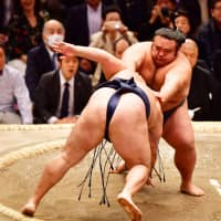Hakuho improves to 10-0 at Spring Grand Sumo Tournament