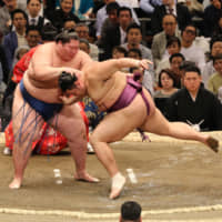 Hakuho stays one win ahead of pack