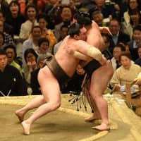 Hakuho on course for title