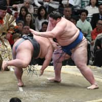 Ichinojo (right) defeats Takakeisho on the 14th day of the Spring Grand Sumo Tournament on Saturday in Osaka. | NIKKAN SPORTS