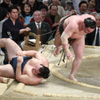 Yokozuna Hakuho (right) defeats fellow yokozuna Kakuryu on the final day of the Spring Basho to clinch the title with an undefeated record in Osaka. | NIKKAN SPORTS