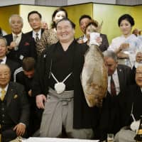 Injury looms over Hakuho's triumph