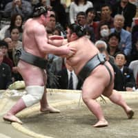 Takakeisho (right) shoves out Tochinoshin to win their bout on Sunday. | NIKKAN SPORTS