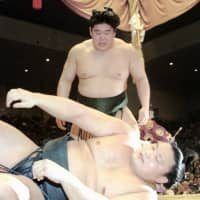Then-ozeki Wakanohana beat then-yokozuna Takanohana, his younger brother, in a playoff to capture the Emperor's Cup at the Kyushu Basho in November 1995 in the only match between them. | KYODO